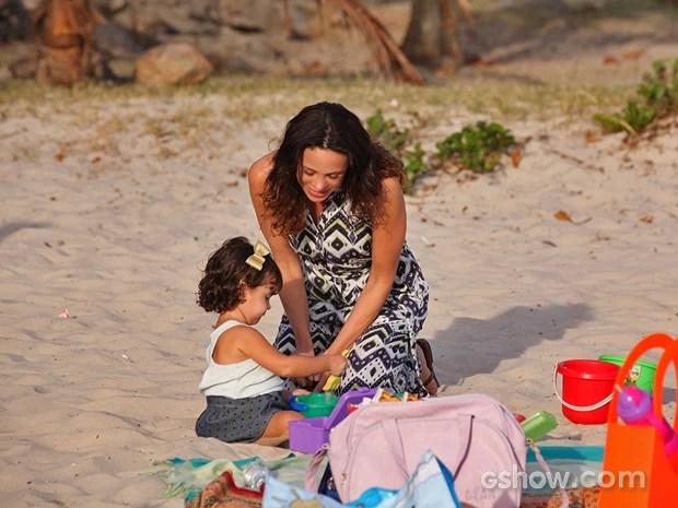 Juliana e Bia brincam na praia em cena de 'Em Família' (Foto: Carol Caminha/ TV Globo)