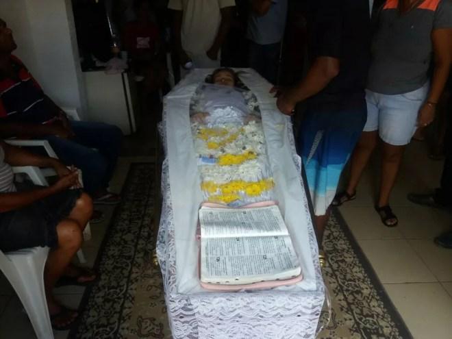 Corpo de jovem foi preparado para sepultamento em Rio Largo, AL, mas mãe acredita que ela ainda está viva e se nega a enterrá-la (Foto: Suely Melo/G1)