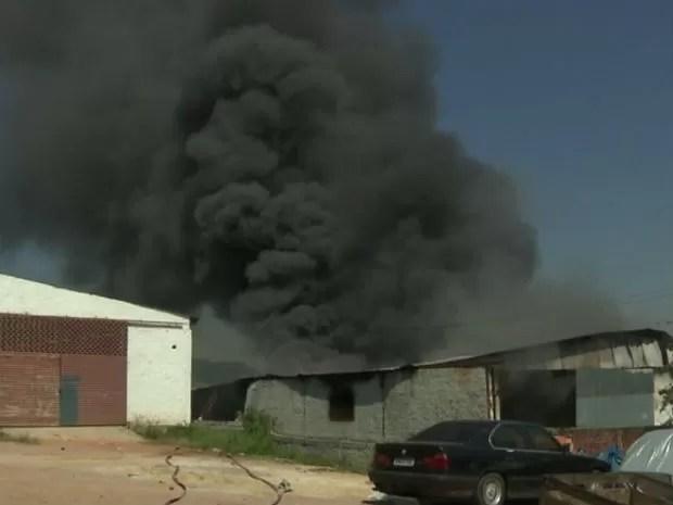 Incêndio começou na parte de baixo do barracão, de acordo com o Corpo de Bombeiros (Foto: Reprodução/ RPC TV)
