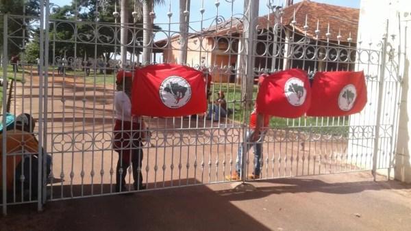 MST invadiu a fazenda de Oscar Maroni na manhã desta terça-feira (17), na região de Araçatuba (Foto: Rodolfo Pardini/TV TEM)