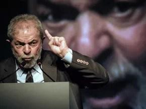 O ex-presidente Luiz Inácio Lula da Silva discursa com o dedo em riste no Rio de Janeiro durante o segundo congresso da IndustriALL Global Union, instituição que representa trabalhadores dos setores de mineração, energia e manufatura em 140 países (Foto: Yasuyoshi Chiba/AFP)