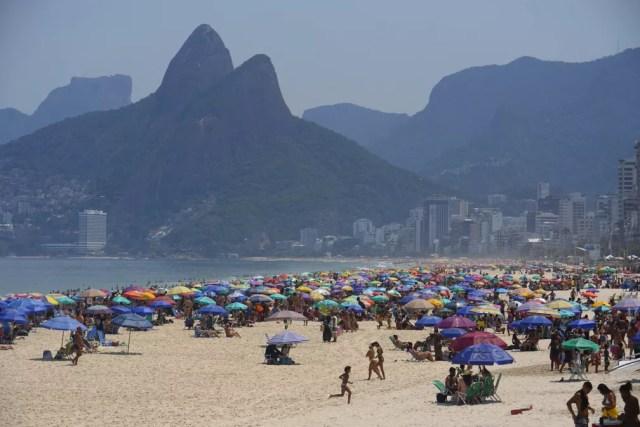 Muito calor e praia cheia nesta sexta-feira (2) no Rio — Foto: Marcos Serra Lima/ G1