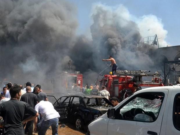 Explosão causa estragos do lado de fora de uma mesquita de Trípoli, no Líbano, deixando ao menos 27 pessoas mortas e 352 feridas. (Foto: AP)