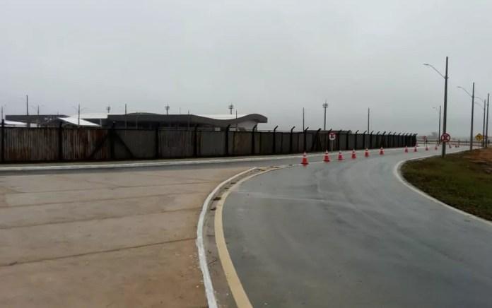 Aeroporto Glauber Rocha, novo terminal aéreo de Vitória da Conquista, foi isolado com tapumes para inauguração nesta terça-feira (23) — Foto: Judson Almeida/TV Sudoeste