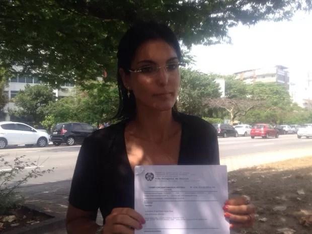 Luciana Silva Tamburini exibe registro de ocorrência após desentendimento com juiz em Lei Seca no RJ (Foto: Matheus Rodrigues/G1)