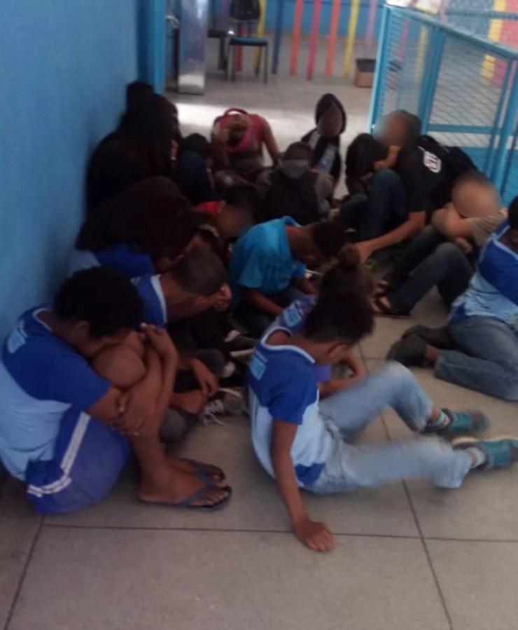 Crianças se abaixam em corredor de escola de São Gonçalo para se proteger de tiros (Foto: Reprodução / Redes sociais)