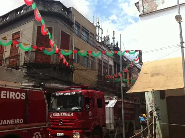 Os carros dos bombeiros na rua onde o fogo começou (Foto: Alba Valéria Mendonça/G1)