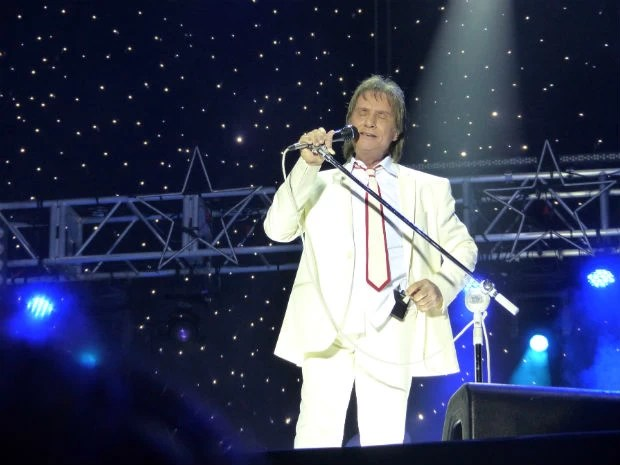 """Rei iniciou o show de maneira tradicional como a canção """"Emoções"""".  (Foto: Adriana Justi / G1)"""