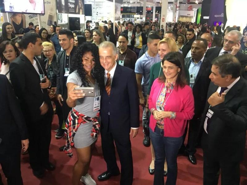 Governador faz campanha com a primeira-dama, Lúcia França (à esquerda dele) (Foto: Giba Bergamin Jr./TV Globo)