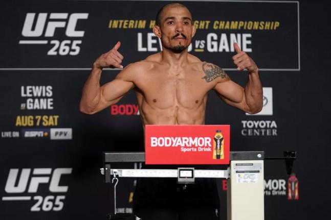 José Aldo na pesagem de sua última luta, uma vitória sobre Pedro Munhoz em agosto — Foto: Getty Images