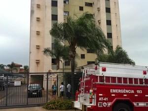 Técnico tinha ido ao prédio fazer manutenção na internet quando caiu do 14º andar em Araraquara (Foto: Felipe Turioni/G1)