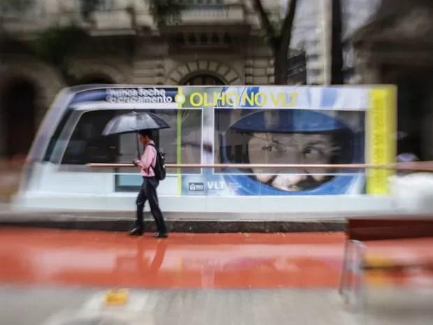 Avisos ao longo da Avenida Rio Branco alertam pedestres (Foto: Rodrigo Gorosito/G1)