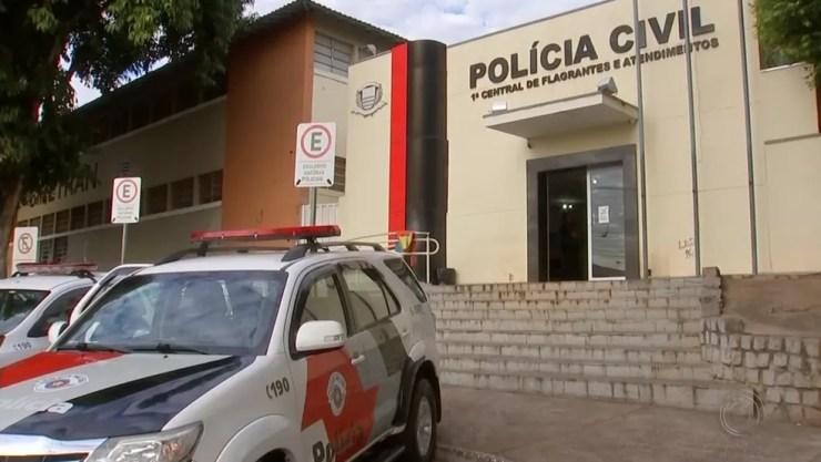 Dois suspeitos foram encaminhados ao Plantão Policial de Rio Preto  (Foto: Reprodução/TV TEM)