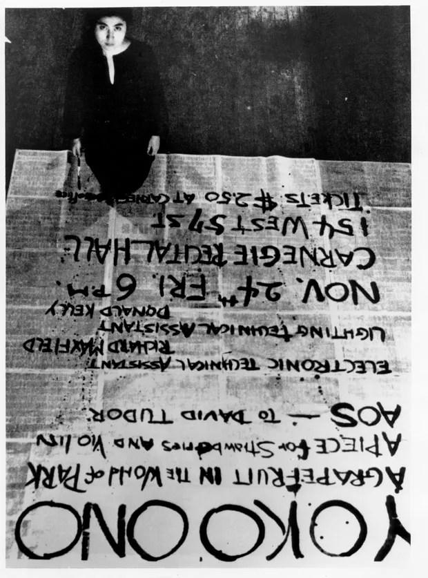 Obras de Yoko Ono por Yoko Ono, 24 de novembro de 1961, Carnegie Recital Hall, Nova York – fotografia como sugestão de pôster (Foto:  Foto: George Maciunas/Cortesia de Lenono Photo Archive, Nova York)