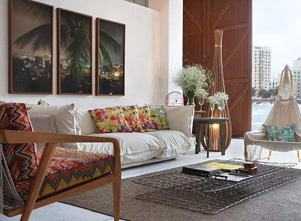 Nathália Santos Bertoli e Miguel Capanema usaram a criatividade ao escolher a mesa de centro desta sala. O objeto é a estrutura interna de um colchão de molas (Foto: Divulgação)