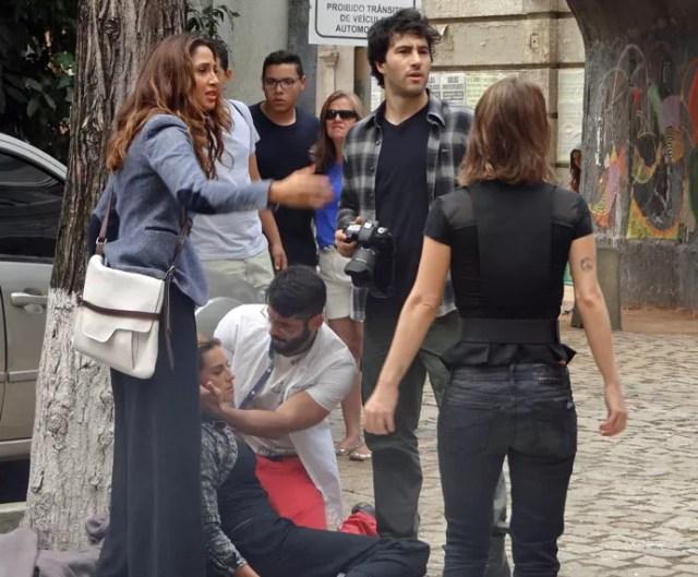 Regina é ajudada por Caio (Foto: Paula Paiva/Gshow)