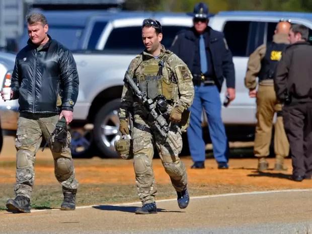 """polícia fala com Jimmy Lee Dykes através de um tubo de ventilação de 4 polegadas de largura que chega  ao """"bunker"""" (Foto: AP Photo / Dothan Eagle, Jay Hare)"""