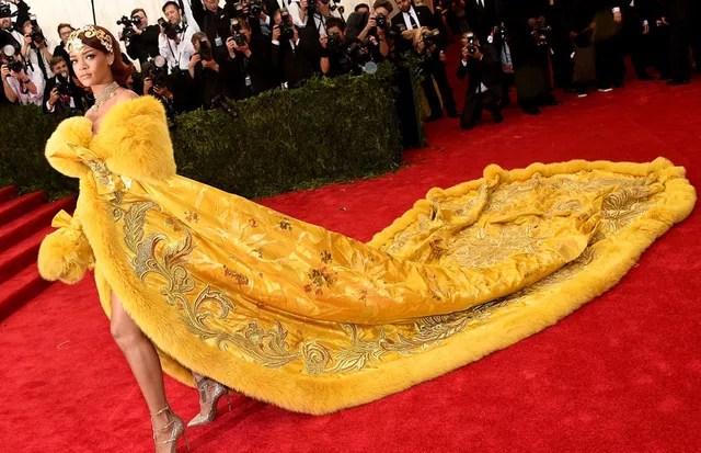 No Met Gala de 2015, Rihanna virou completamente o jogo no longo amarelo da chinesa Guo Pei. A peça, impressionante, demorou dois anos para ficar pronta, num processo artesanal que levou 50 mil horas. Nem a modelo que usou o look na passarela, em 2012, co (Foto: Getty Images)