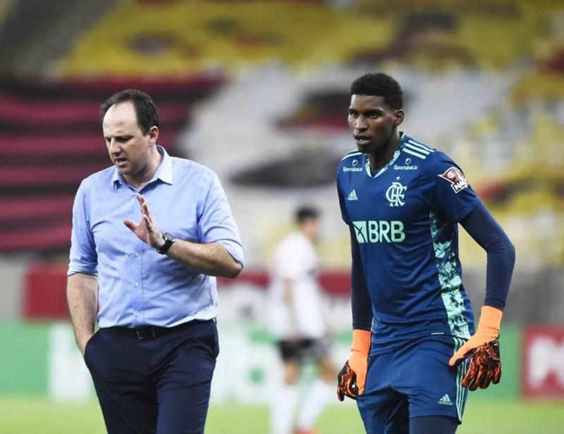 Rogério Ceni conversa com Hugo Souza, do Flamengo — Foto: André Durão