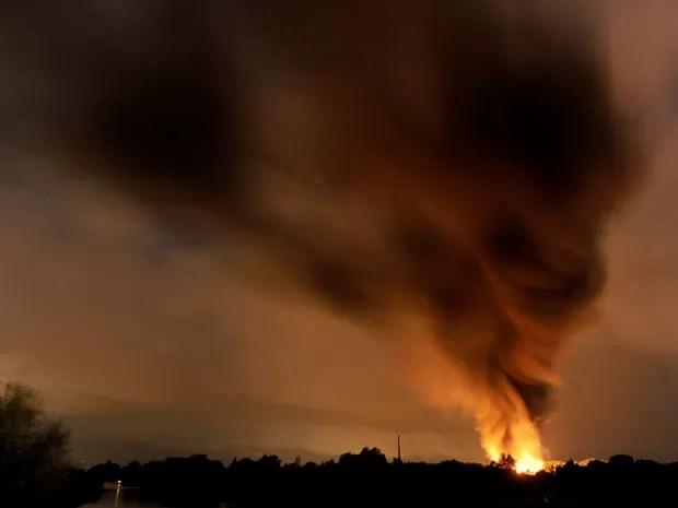 Chamas e fumaça são vistas após explosão de fábrica de produtos químicos em Ritterhude, na Alemanha (Foto: AP Photo/dpa, Ingo Wagner)