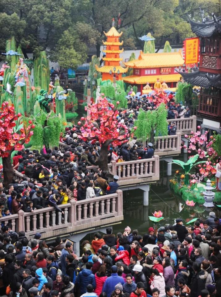 Multidão segue para show de lanternas no Ano Novo chinês em Xangai