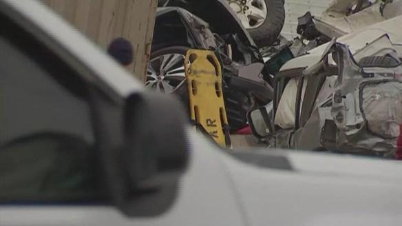 Rastro de destruição deixado por engavetamento com dezenas de veículos no Texas nesta quinta-feira (11) — Foto: NBC