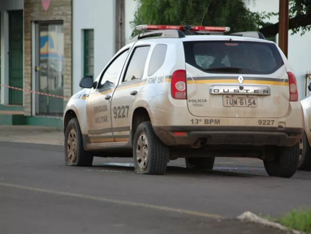 Viatura foi atingida por diversos disparos (Foto: Julio Mocelin/ Auonline.com )