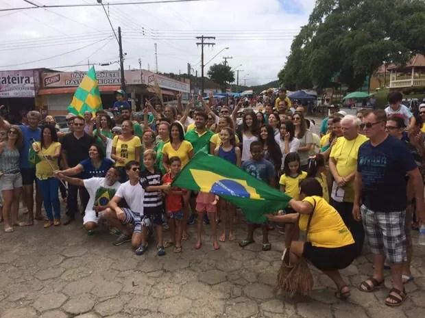 Pessoas se reuniram para protestar em Pariquera-Açu, no interior de SP  (Foto: G1)