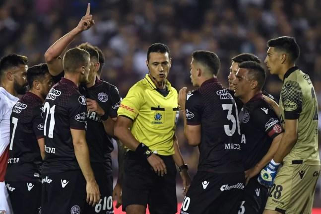 Wilmar Roldán será o árbitro principal da partida do Santos — Foto: Eitan Abramovich/AFP