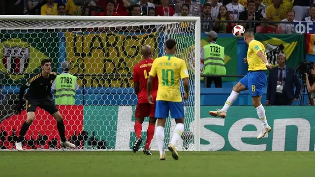Renato Augusto cabeceia para fazer o gol do Brasil