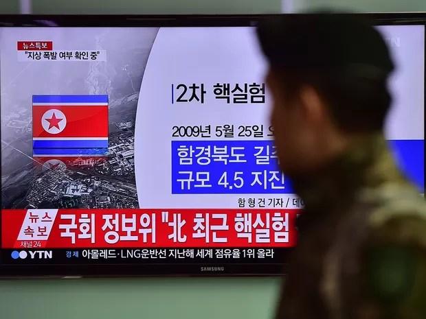 Soldado sul-coreano passa por uma tela de televisão em estação ferroviária em Seul enquanto a Coreia do Norte anuncia ter feito teste com bomba de hidrogênio (Foto: AFP Photo/Jung Yeon-Je)