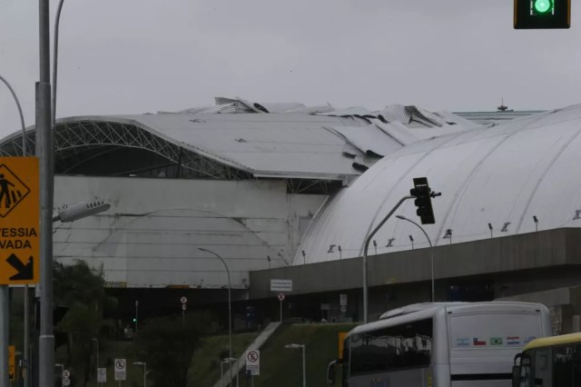 Ventania solta parte do teto do Aeroporto de Fortaleza.  — Foto: Helene Santos/SVM
