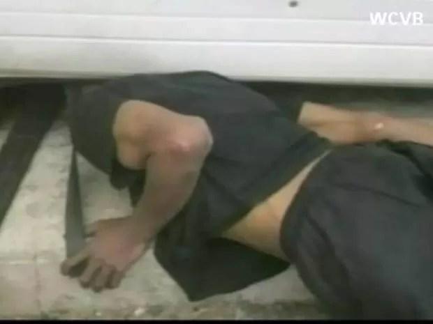 Suspeito ficou com a cabeça entalada debaixo de uma porta de metal. (Foto: Reprodução)