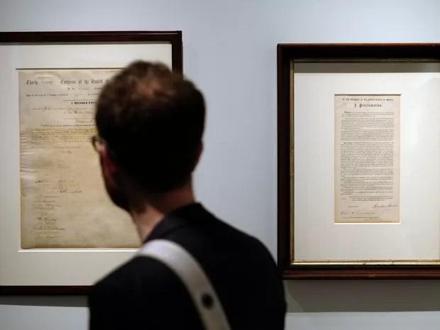 Documento foi assinado por Abraham Lincoln em 1º de fevereiro de 1865 (Foto: Jewel Samad/AFP)