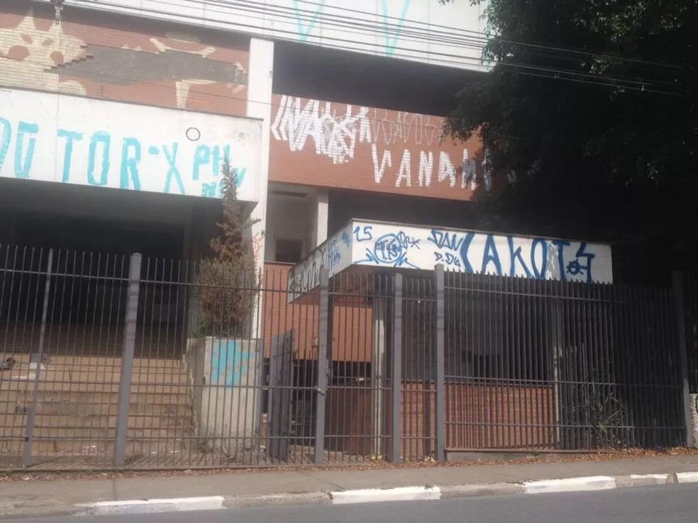Abandonado, imóvel adquirido pela Câmara de Guarulhos é alvo frequente de pichadores (Foto: Aldieres Batista/Arquivo Pessoal)