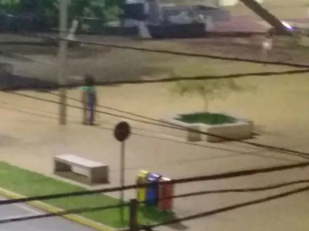 Palhaço também foi flagrado em uma praça da cidade (Foto: Divulgação)