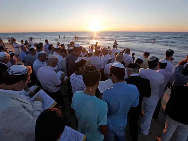 Judeus ortodoxos participam da oração Tashlich nas margens do Mar Mediterrâneo, no sul da cidade de Ashdod. Durante a oração, migalhas de pão são jogados nas águas para lançar simbolicamente os pecados. (Foto: Amir Cohen/Reuters)