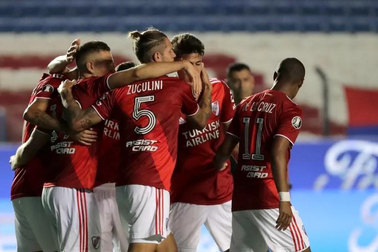 Jogadores do River Plate comemoram um dos gols da vitória sobre o Nacional — Foto: Getty Images