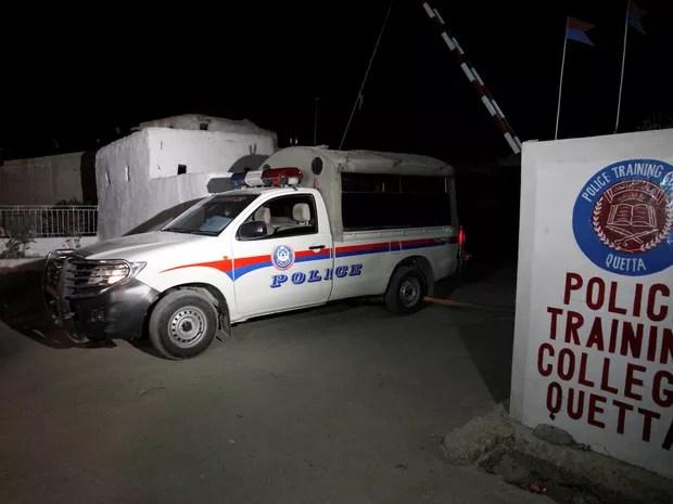 Veículo da polícia é visto na entrada do Centro de Treinamento Policial atacado em Quetta, na madrugada de terça (25) (Foto: Reuters/Naseer Ahmed)