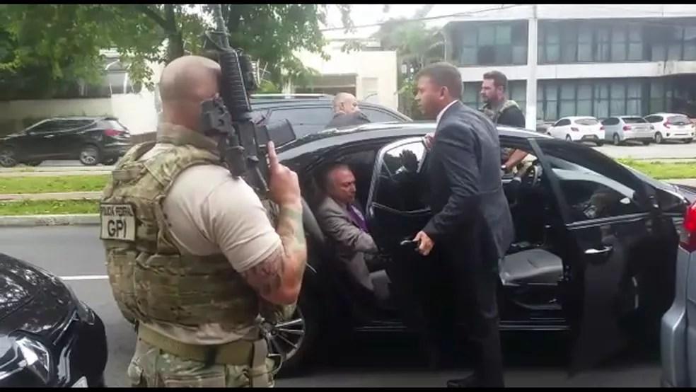 Momento em que o ex-presidente Michel Temer é abordado pela Polícia Federal, em março de 2019. — Foto: Reprodução/TV Globo