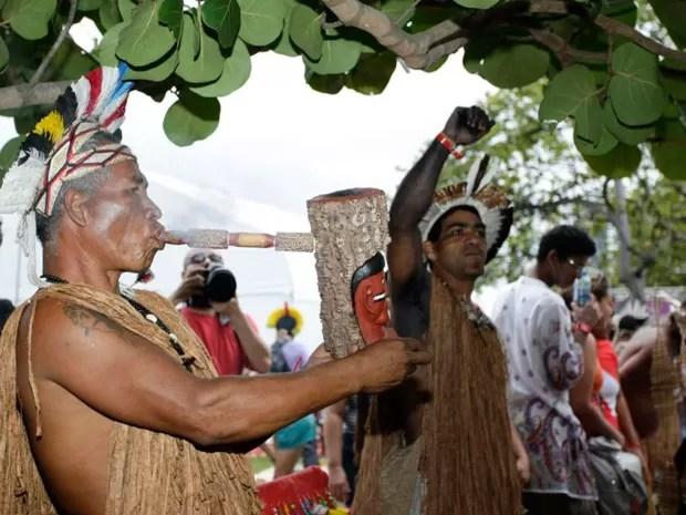 Índio acende ' cachimbo da paz' durante a Marcha da Maconha, no Rio (Foto: Rodrigo Gorosito/G1)