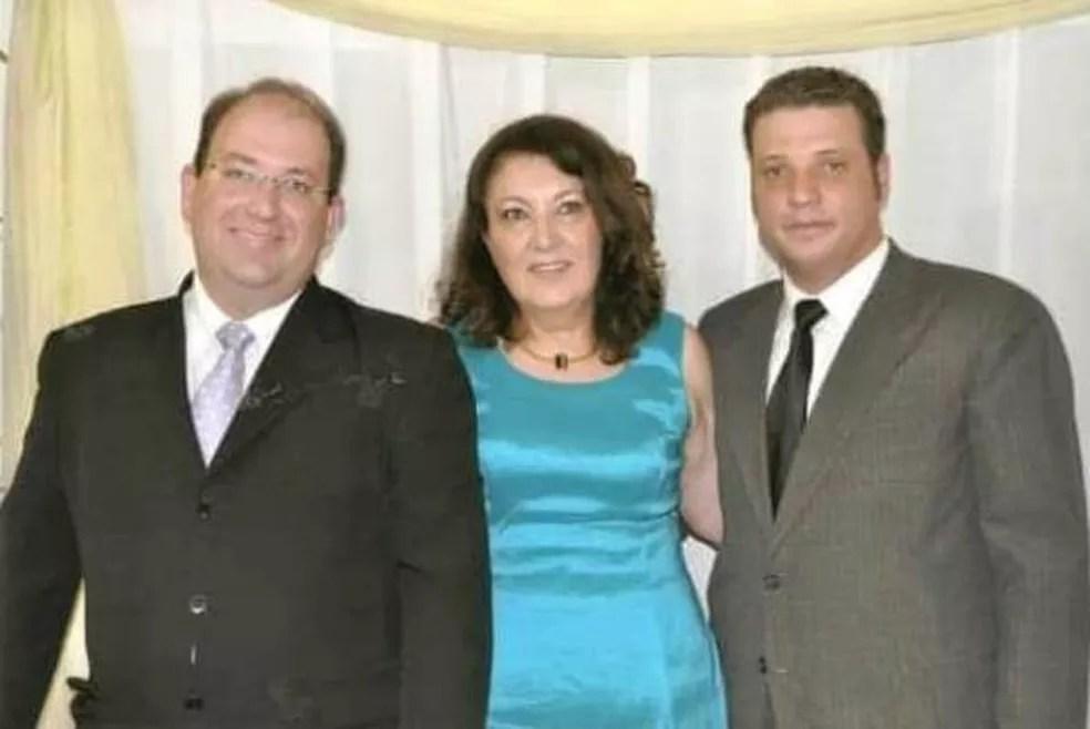 Rodrigo com a mãe e o irmão — Foto: Arquivo pessoal