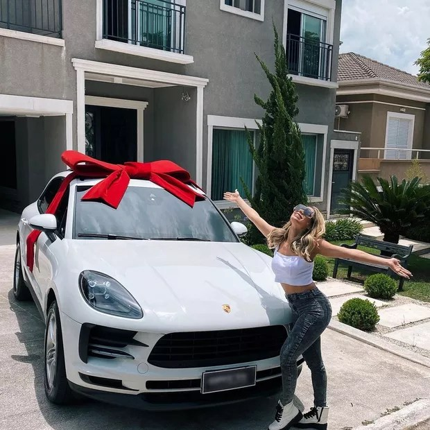 Lexa se autopresenteia com carrão de luxo (Foto: Reprodução/ Instagram)