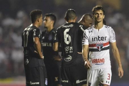São Paulo de Rodrigo Caio entrou em parafuso após tomar o primeiro gol da Ponte (Foto: Mauro Horita)