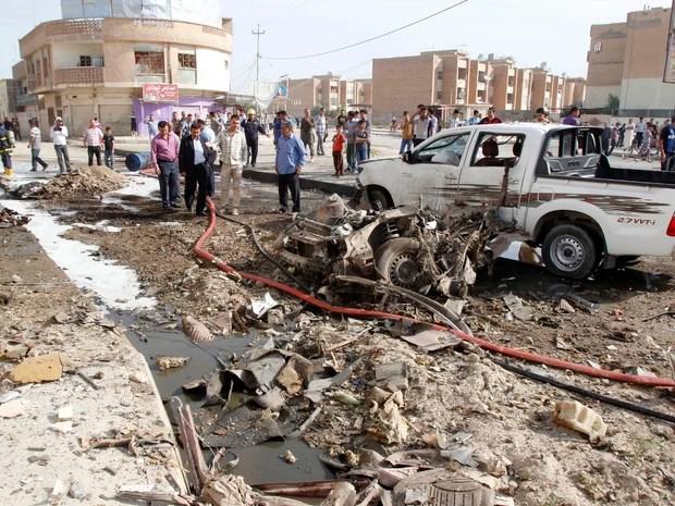 Policiais iraquianos são vistos no local de um ataque a bomba em Kirkuk nesta segunda-feira (15) (Foto: REUTERS/Ako Rasheed)