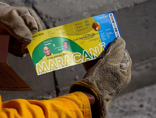 Operários ingressos reabertura maracanã (Foto: Ale Silva / Agência Estado)