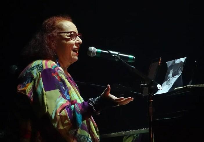 Cida Moreira canta 'Eu te amo mesmo assim' no show em tributo a Martinha — Foto: Marcelo Castello Branco / Divulgação