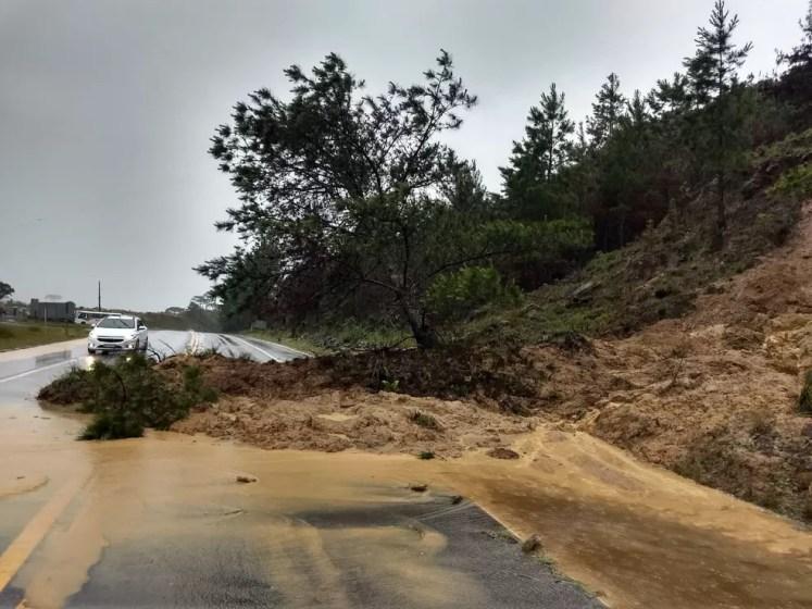 BR-282 em Rancho Queimado registrou queda de barreira nesta manhã — Foto: PRF/Divulgação