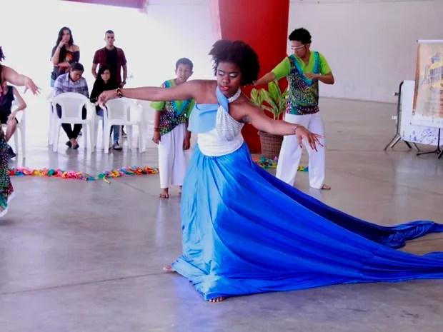 Maculelê, da Associação e Grupo Cultural Afroketu, se apresenta em Cubatão (Foto: Secom/PMC)