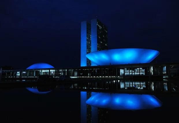 Prédio do Congresso Nacional ganhou iluminação especial para a campanha Novembro Azul, de combate ao câncer de próstata (Foto: Zeca Ribeiro/Ag.Câmara)